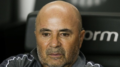 SANTOS, BRAZIL - OCTOBER 09: Jorge Sampaoli head coach of Santos looks on during the match against Palmeiras as part of the Brasileirao Series A 2019 at Vila Belmiro Stadium on October 09, 2019 in Santos, Brazil. (Photo by Alexandre Schneider/Getty Images)