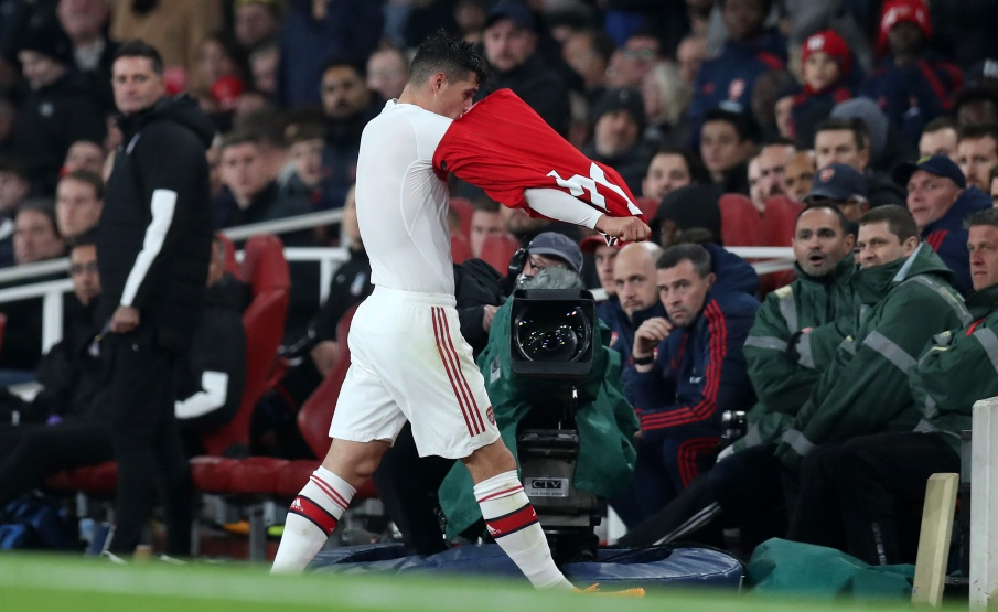 Xhaka tira a camisa logo depois de ser substituído contra o Crystal Palace(2019 Getty Images, Getty Images Europe)