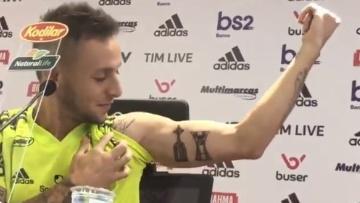 Rafinha Faz Tatuagem No Braço Com As Taças Da Libertadores E