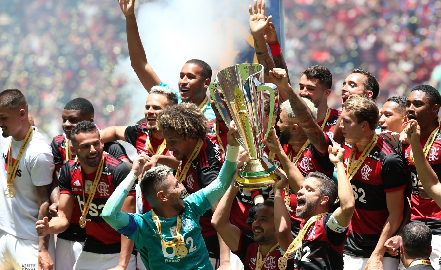 Jogadores do Flamengo levantam o troféu da Supercopa do Brasil(2020 Getty Images, Getty Images South America)