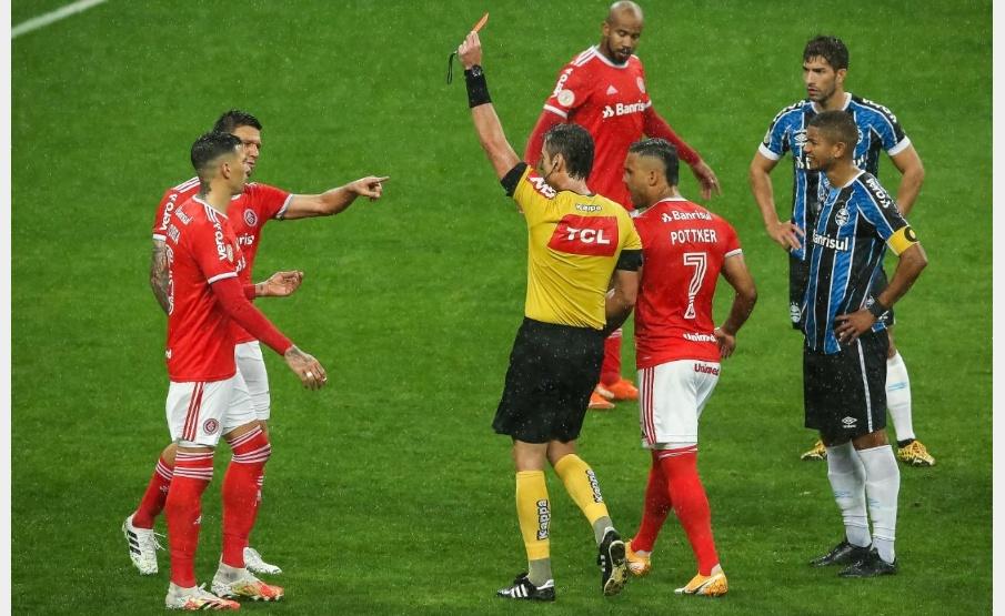 Musto é expulso pela segunda vez contra o Grêmio(Pedro H. Tesch/AGIF)
