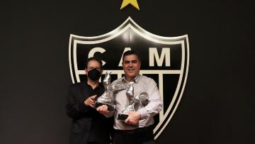 Presidente Do Atletico Mg Homenageia A Si Proprio Com Galo De Prata Tnt Sports