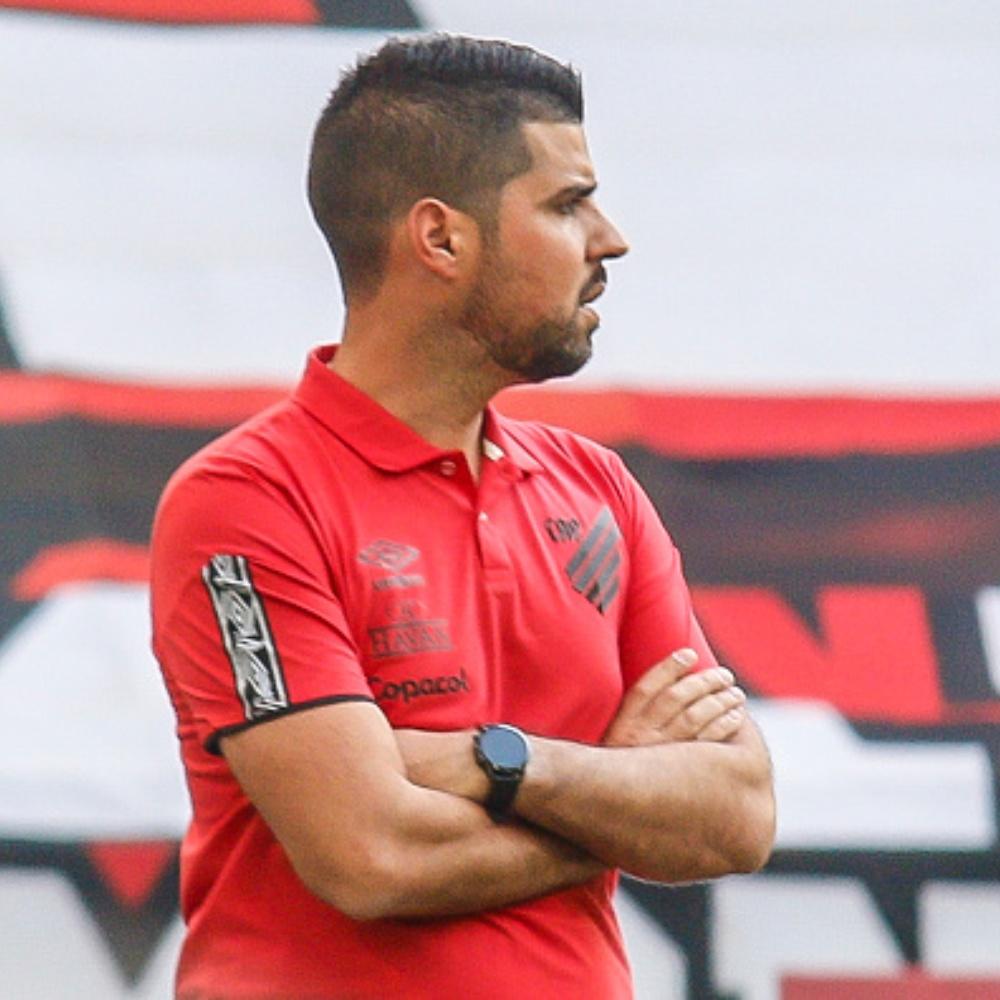 António Oliveira não é mais técnico do Athletico Paranaense