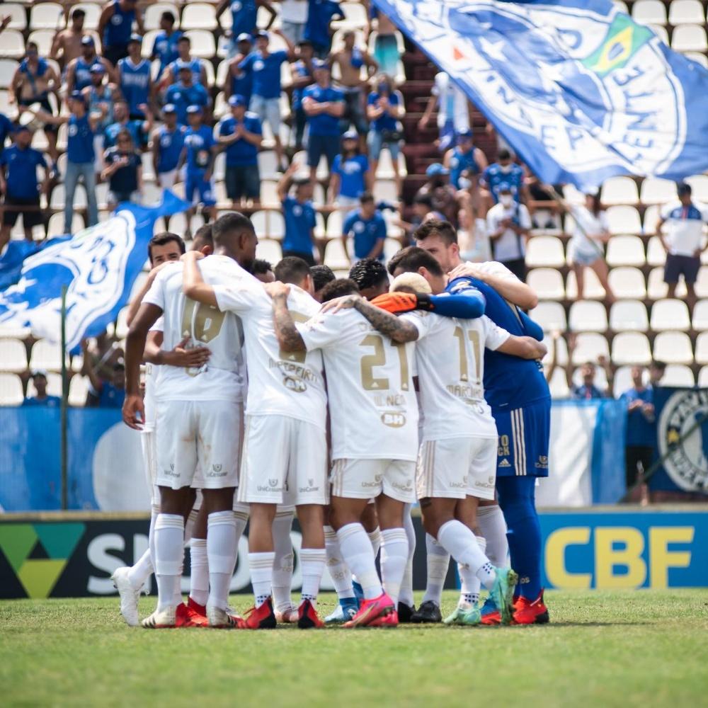 Cruzeiro x Ponte Preta: Claudinho comete falta dura com 04 segundos e toma amarelo
