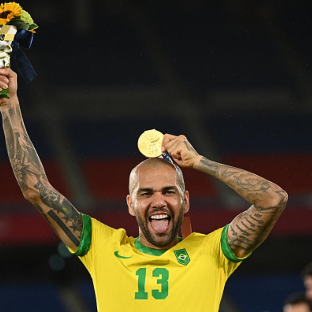 Athletico faz proposta e entra na briga com Flamengo por Dani Alves, diz jornalista