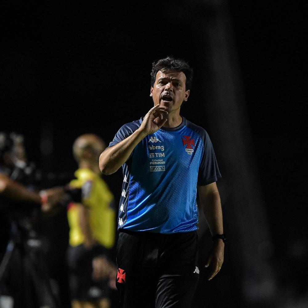 Fernando Diniz divide opiniões dos torcedores do Vasco após vitória: 'Demora pra mexer'
