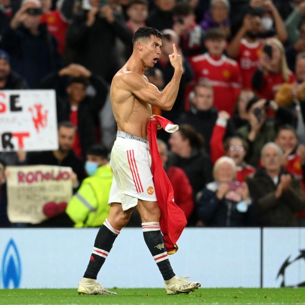 Alex Telles revela papo com CR7 antes de gol e elogia o craque: 'Melhor jogador do mundo'