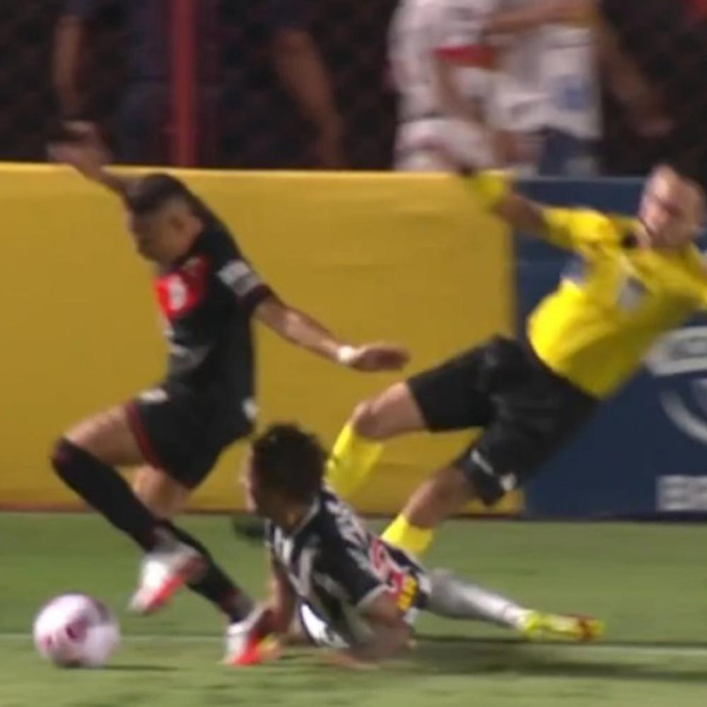 Guga dá 'carrinho' no bandeirinha em jogo do Atlético-MG e movimenta internet