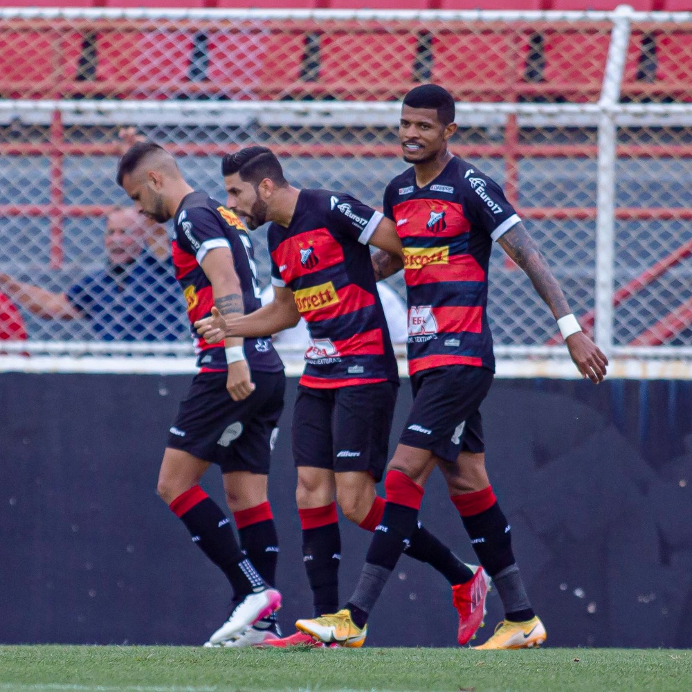 Torcedores do Paysandu invadem campo durante derrota por 3 a 0 para o Ituano