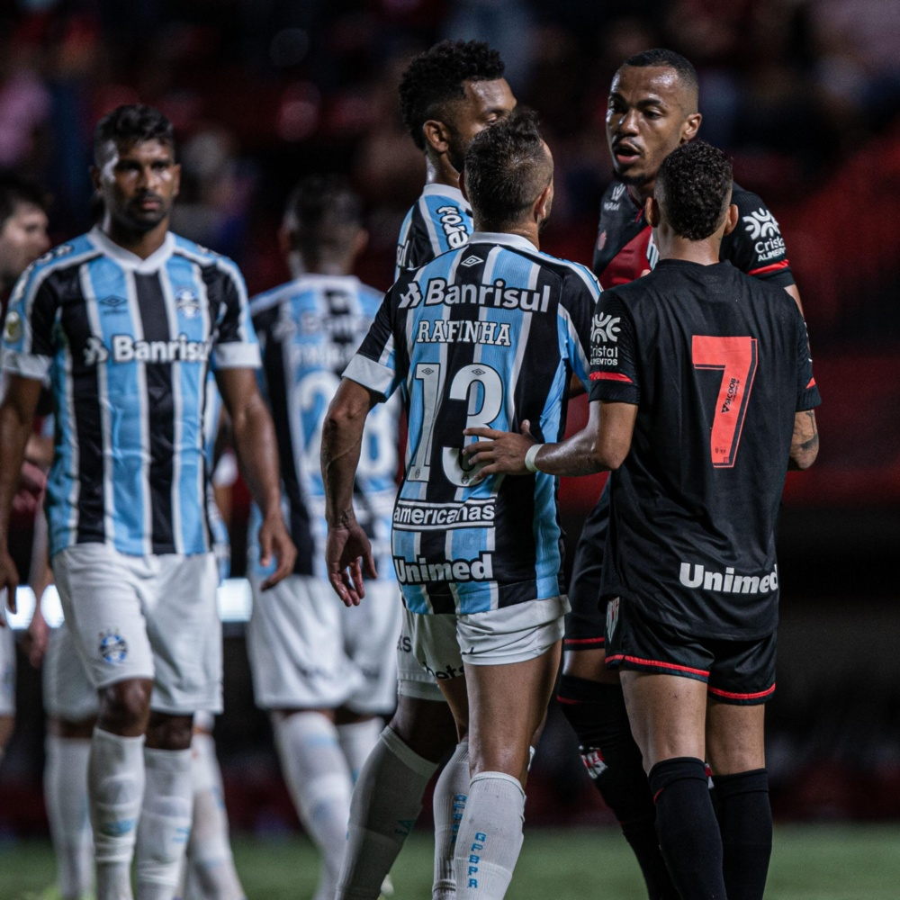 Torcedores do Grêmio se revoltam com Paulo Miranda: 'Piada ele jogar em pleno 2021'
